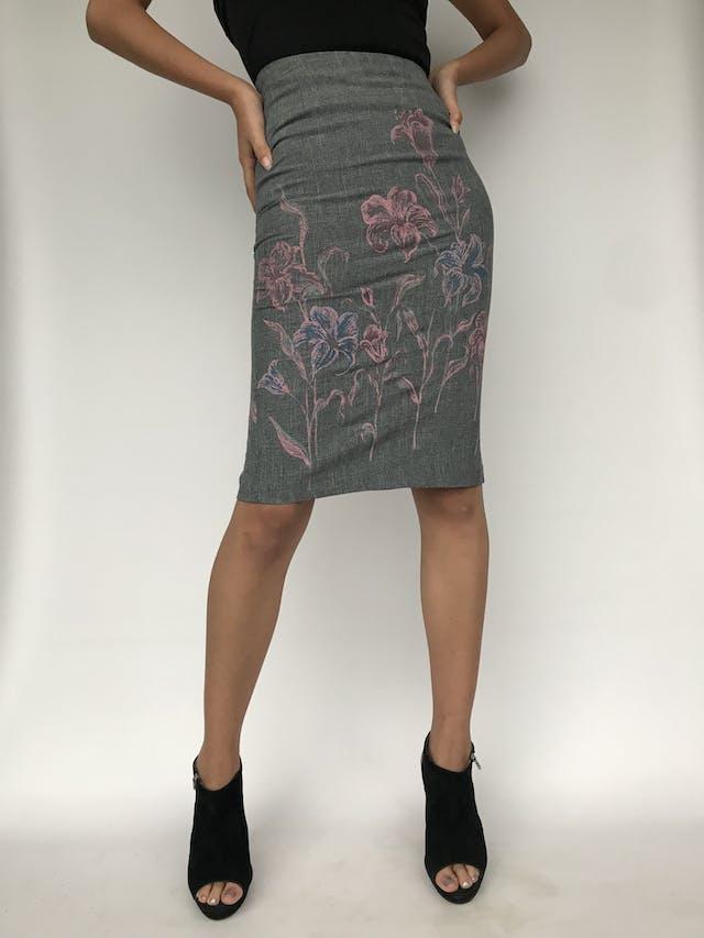 Falda tubo de tela de sastre, gris con flores rosa, cierre y abertura posterior   Talla S  foto 1