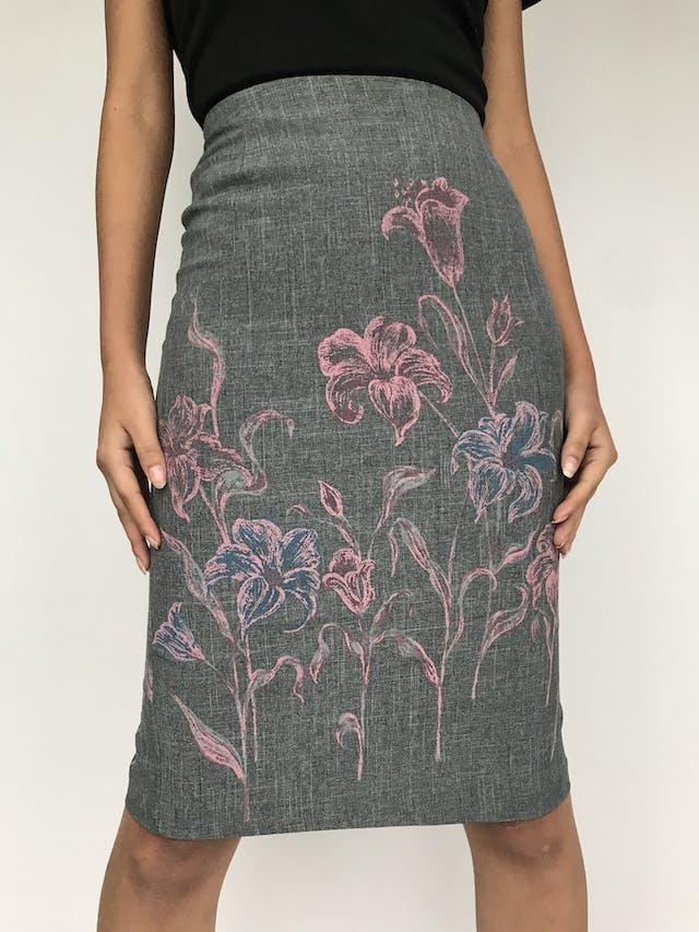 Falda tubo de tela de sastre, gris con flores rosa, cierre y abertura posterior   Talla S  foto 2