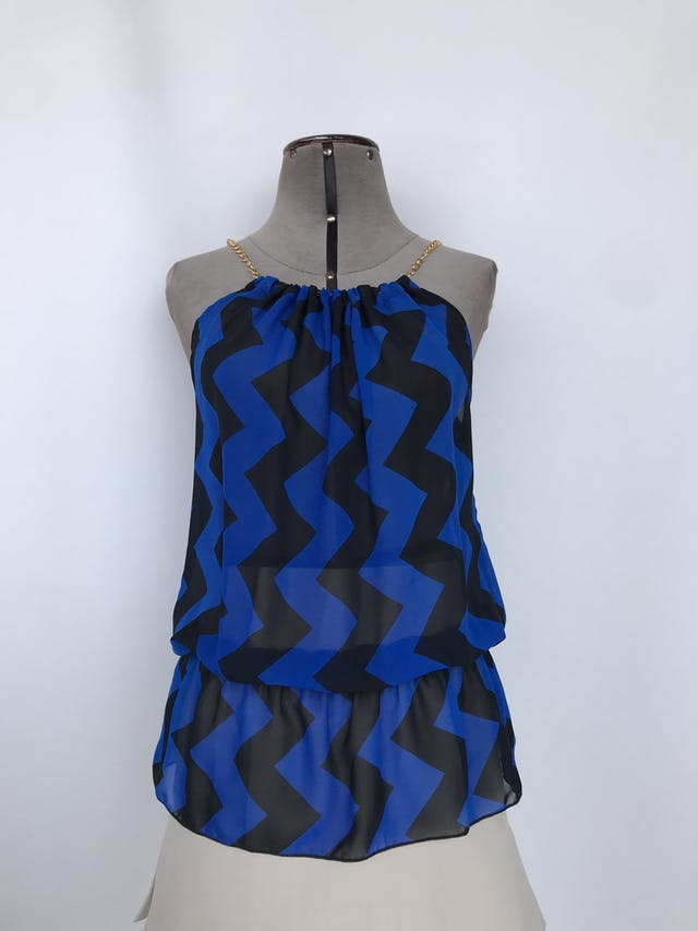 Blusa de gasa con estampado zigzag azul y negro, cuello recogido con cadena dorada, elástico en la basta Talla S foto 1