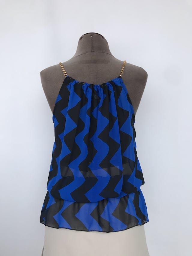 Blusa de gasa con estampado zigzag azul y negro, cuello recogido con cadena dorada, elástico en la basta Talla S foto 2