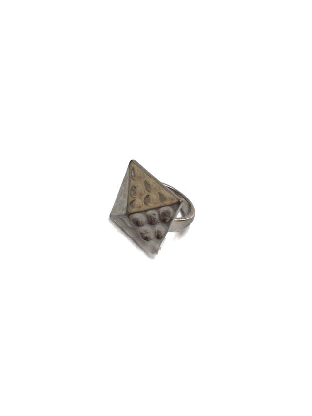 Anillo plateado cuadrado con relieve piramidal y textura foto 1