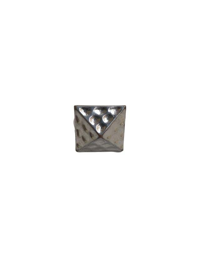 Anillo plateado cuadrado con relieve piramidal y textura foto 2