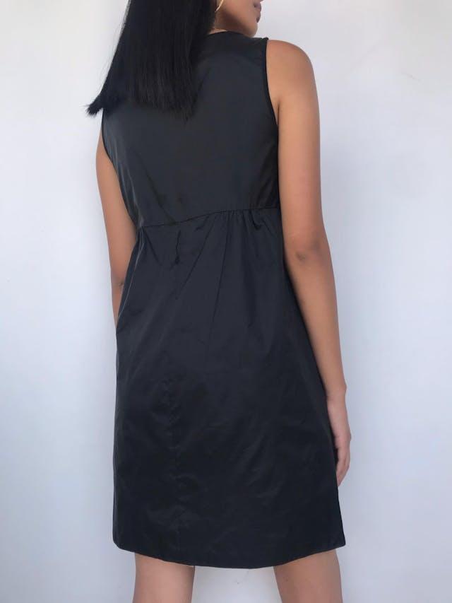 Vestido MaxMara negro, pinzas a los laterales debajo del busto, falda en A, forrado. Hermoso y atemporal! Precio original USD200 Talla S (Puede ser M chico) foto 3