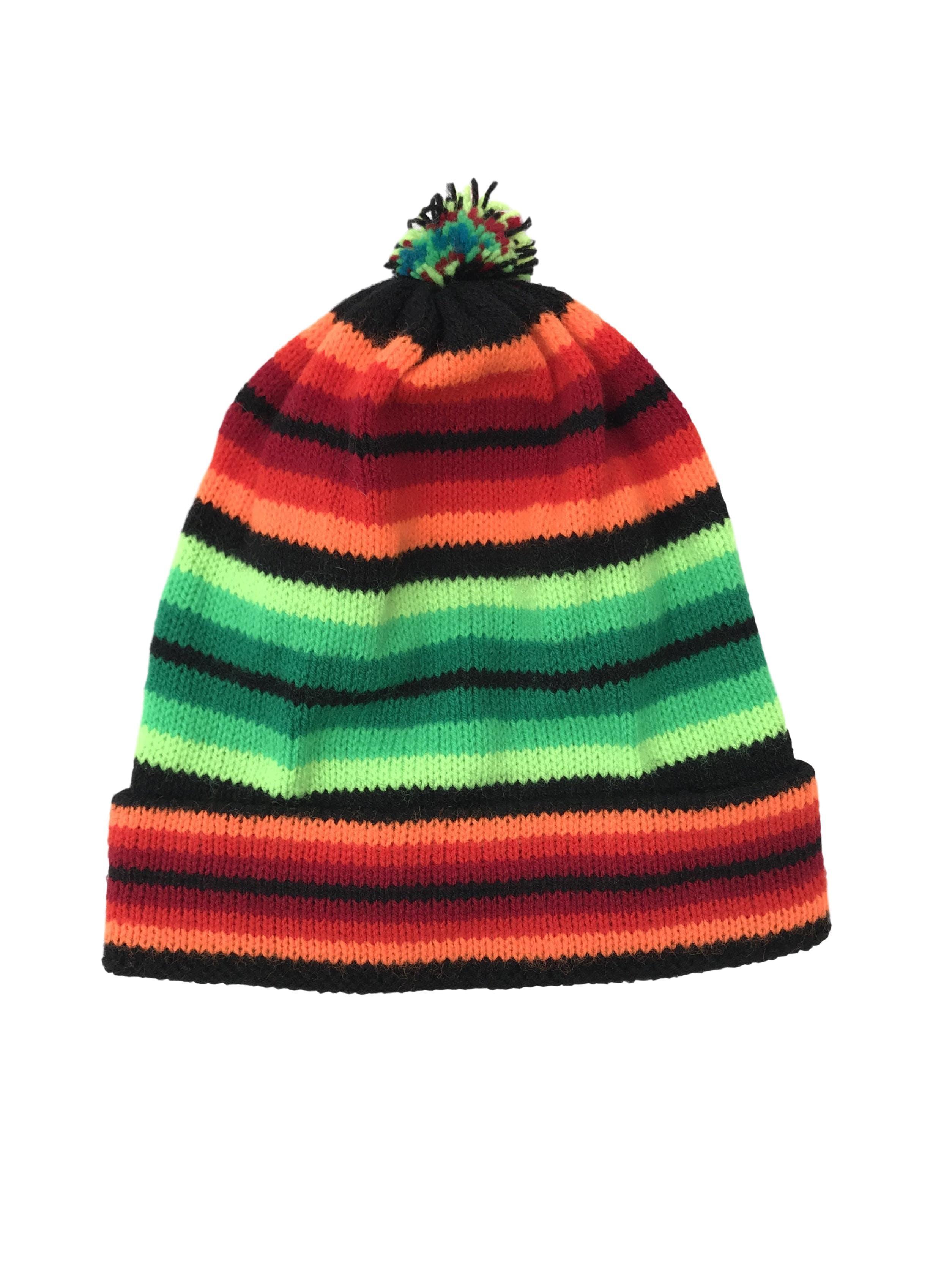 Gorro tejido en franjas verdes, anaranjadas y negras, pompom y dobladillo en la basta