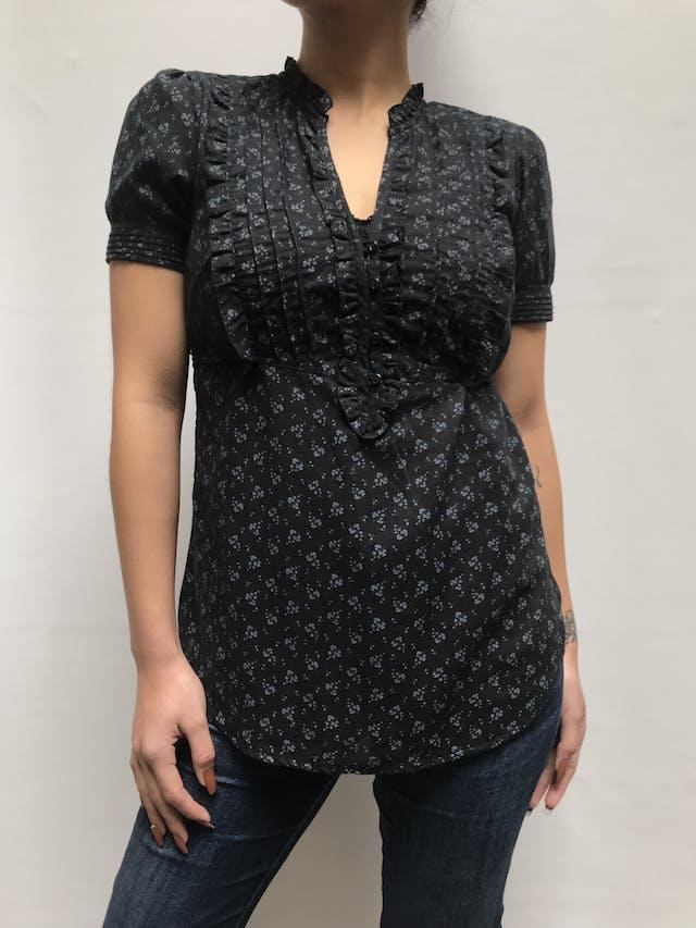 Blusa Aeropostale negra con estampado de flores grises, escote en V con pliegues, botones y bobos en el pecho, tira para regular la cintura Talla S foto 1