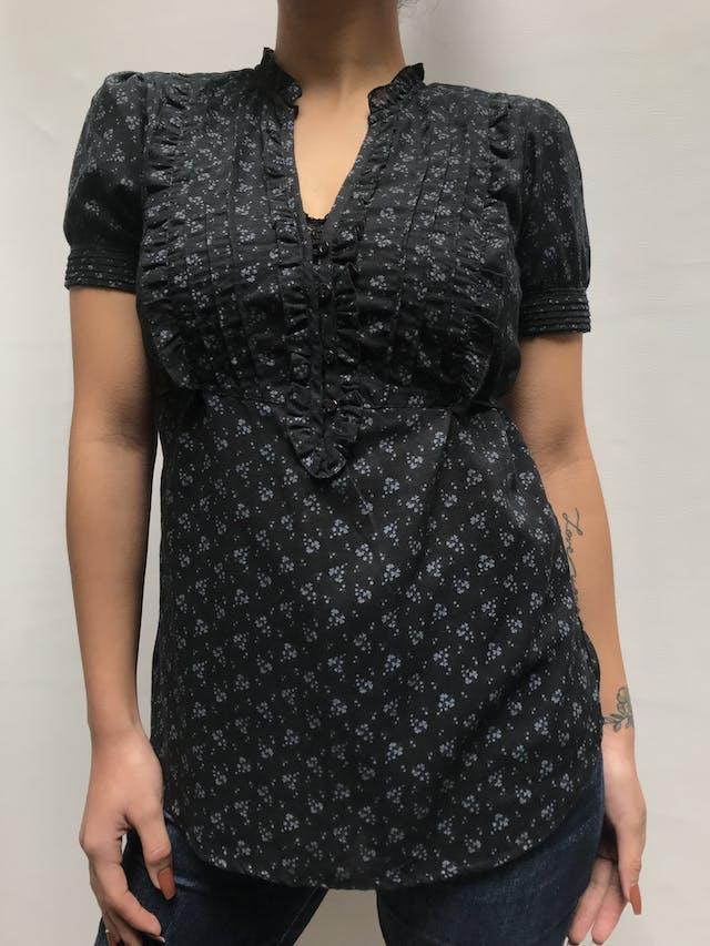 Blusa Aeropostale negra con estampado de flores grises, escote en V con pliegues, botones y bobos en el pecho, tira para regular la cintura Talla S foto 2