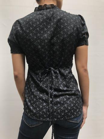 Blusa Aeropostale negra con estampado de flores grises, escote en V con pliegues, botones y bobos en el pecho, tira para regular la cintura Talla S foto 3