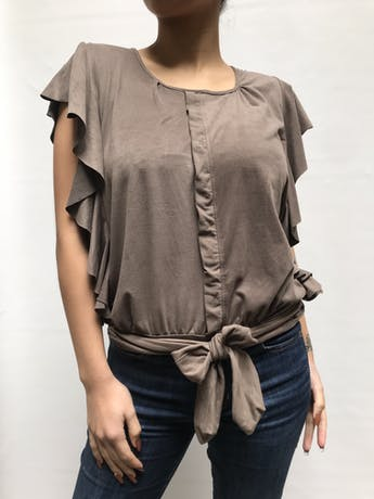 Blusa piel de durazno cocoa, manga cero con volantes en los lados y tira para amarrar en la basta Talla S foto 1
