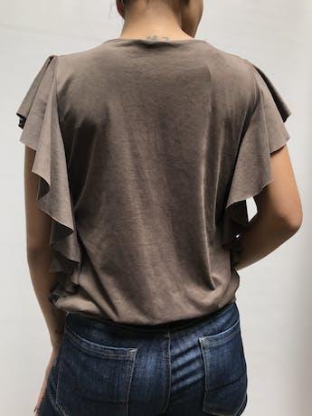 Blusa piel de durazno cocoa, manga cero con volantes en los lados y tira para amarrar en la basta Talla S foto 2