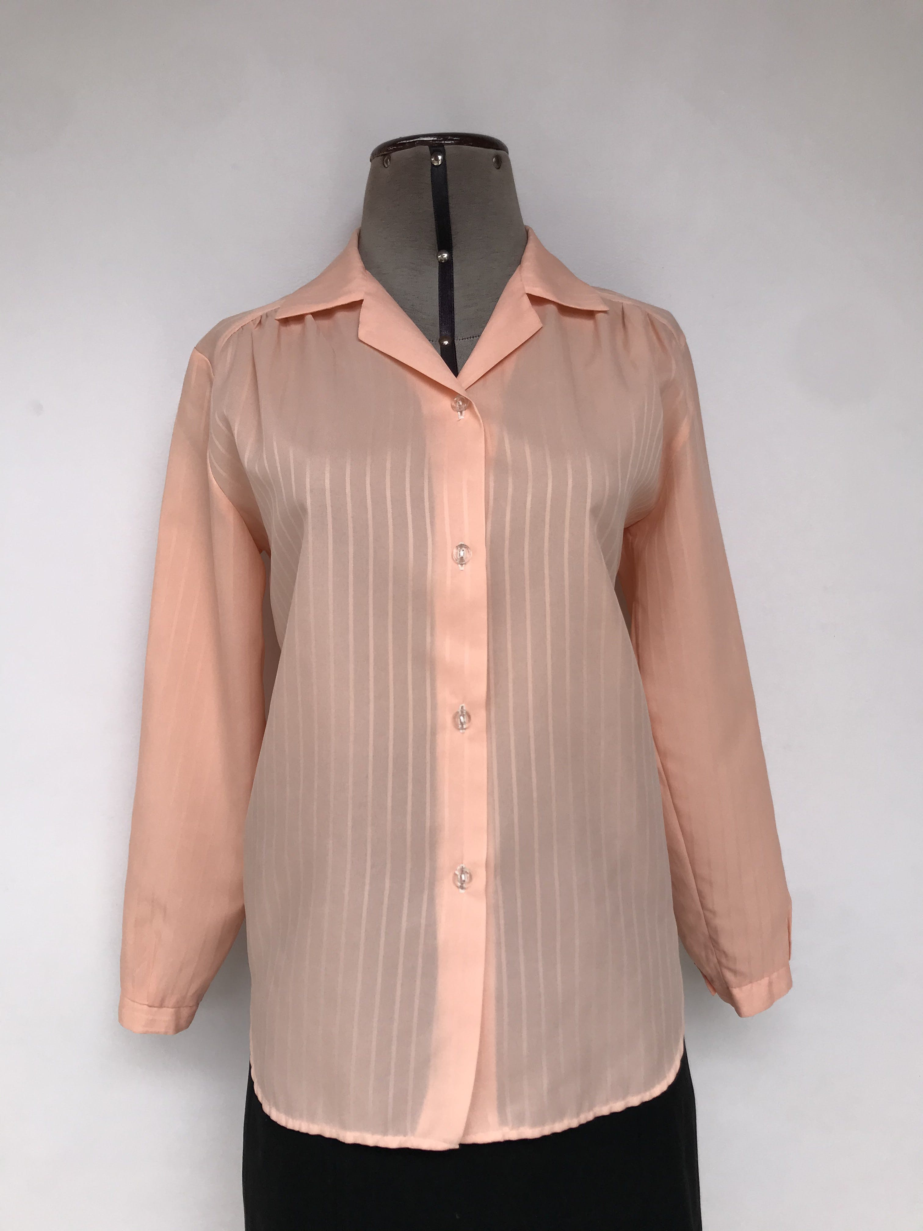 Blusa melón con líneas al tono ligeramente satinadas, fila de botones y manga larga Talla M