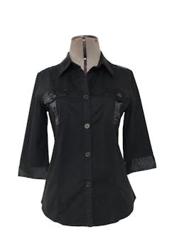 Blusa 96% algodón negro con aplicaciones de tela satinada, cuello camisero, manga 3/4 bolsillos parche en el pecho y botones al tono.Talla S foto 1