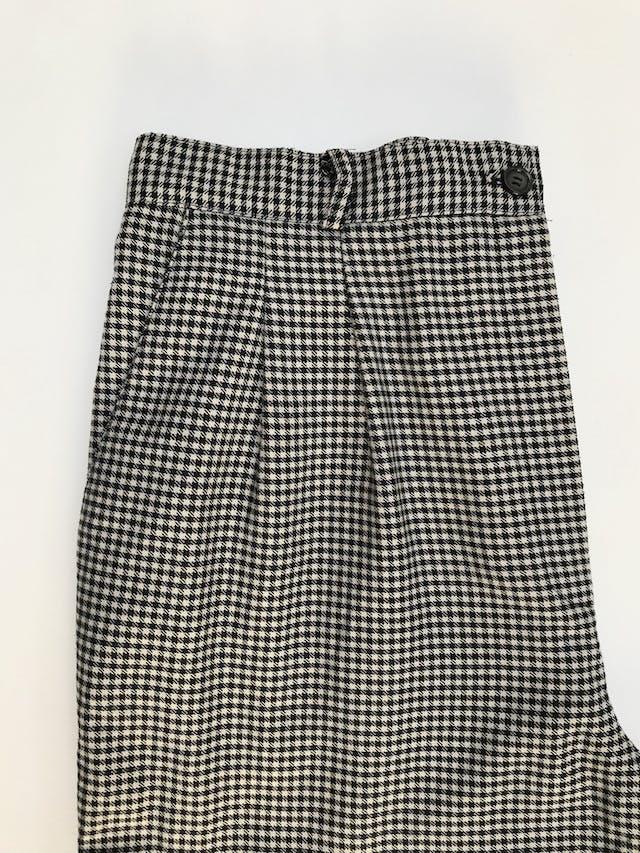 Pantalón vintage estampado pata de gallo negro y beige, a la cintura, corte recto con pinzas.  Talla 32 (US10) foto 3