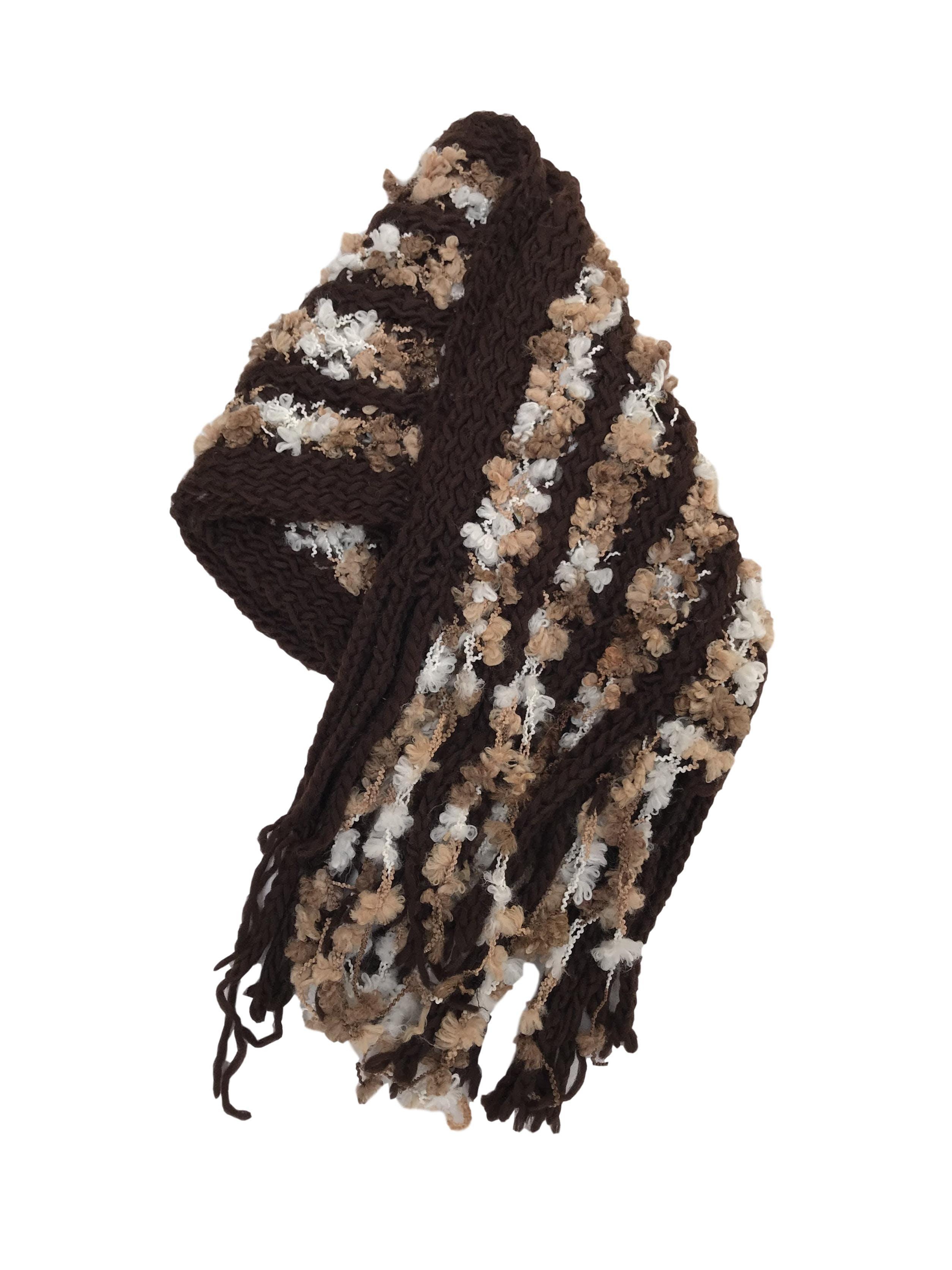 Chalina tejida en tonos marrones, con textura y flecos. 180x35cm