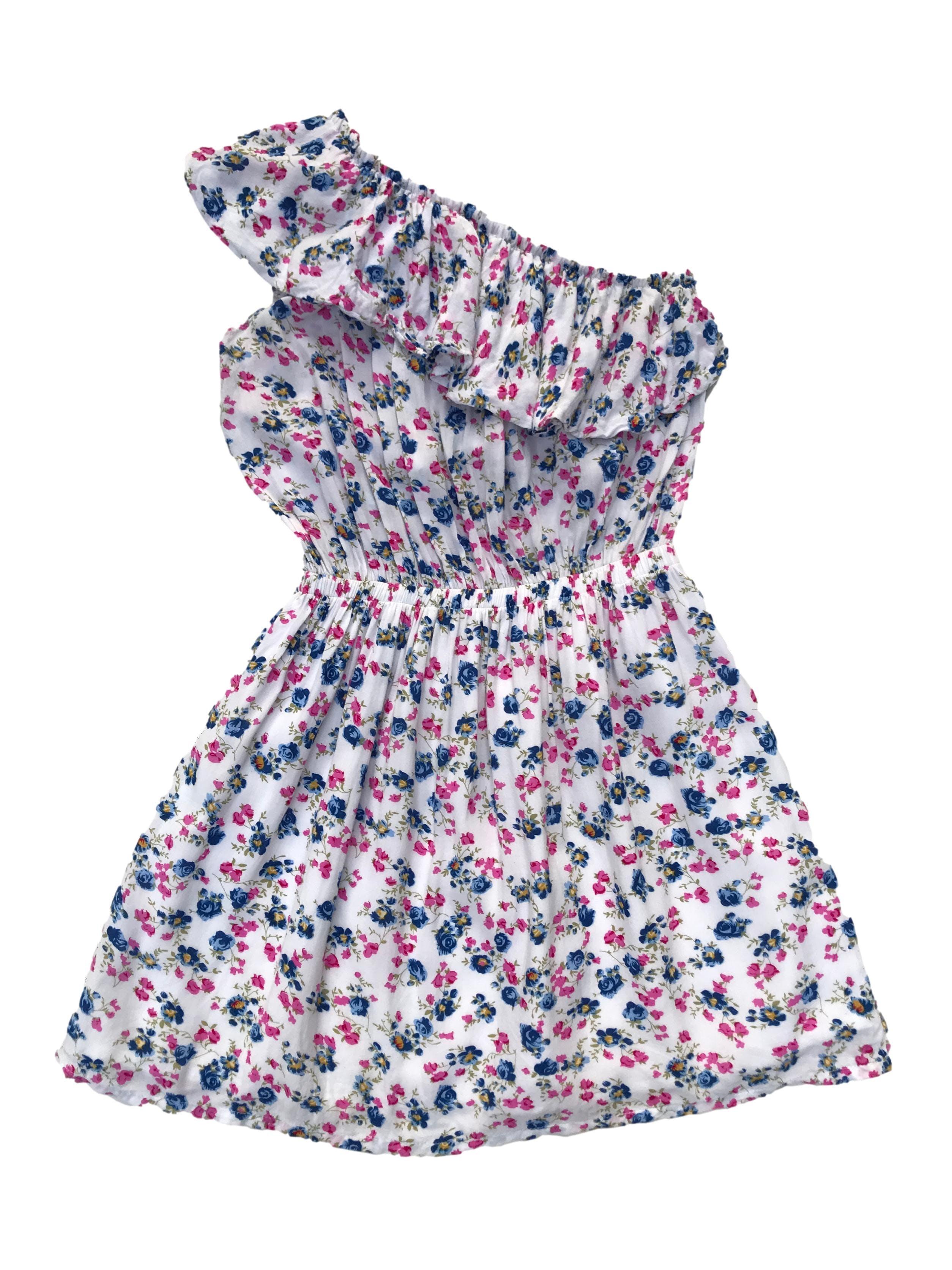 Vestido one shoulder de tela tipo algodón blanca con print de florcitas, volante en los hombros, elástico en la cintura y falda forrada. Largo 76cm