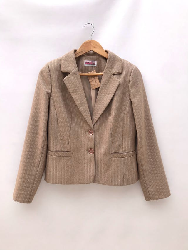 Blazer beige con líneas blancas, forrado, con bolsillos delanteros y botones.  foto 1