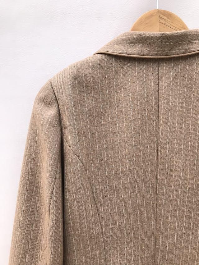 Blazer beige con líneas blancas, forrado, con bolsillos delanteros y botones.  foto 3