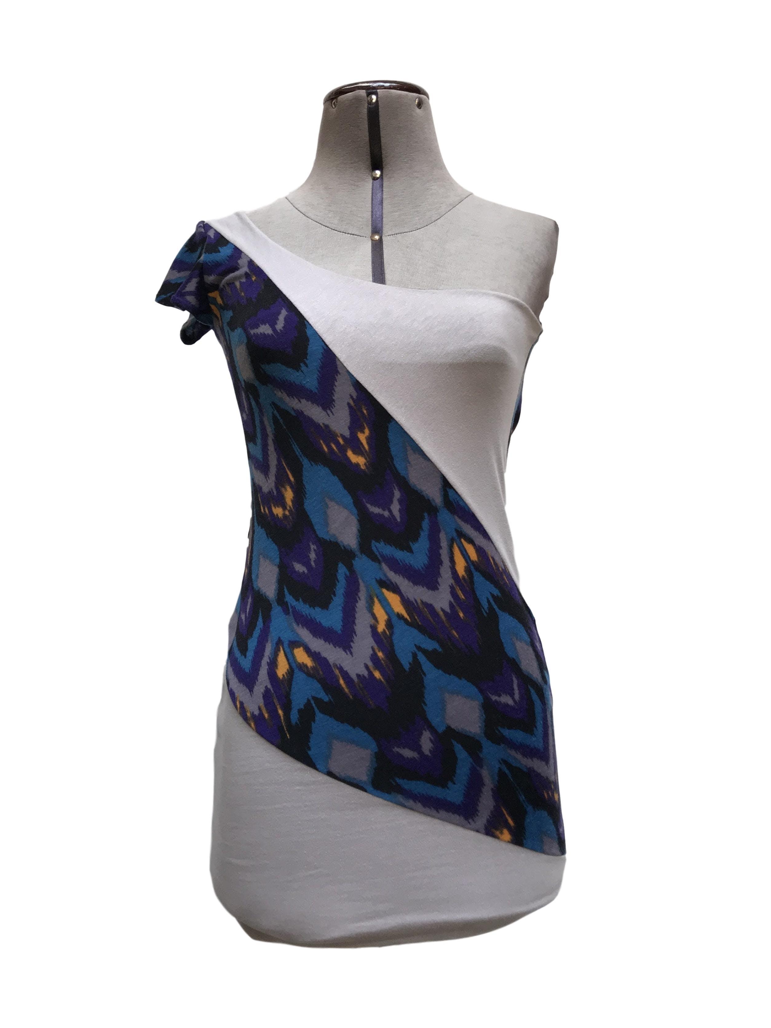 Vestido one shoulder de algodón forrado, franjas diagonales plomas y estampado, escote en la espalda con tiras Talla S