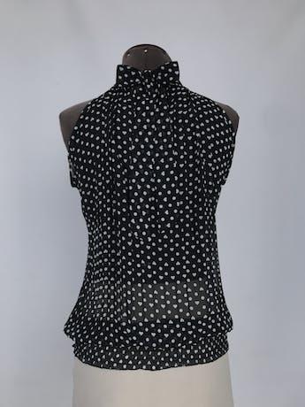 Blusa de gasa negra con polka dots blancos, plisado y cuello alto con lazo en la espalda, panal de abeja en la basta Talla S foto 2