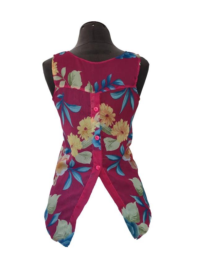 Blusa de gasa fucsia cone stampado de flores, bolsillo delantero, botones y abertura en la espalda Talla S foto 2