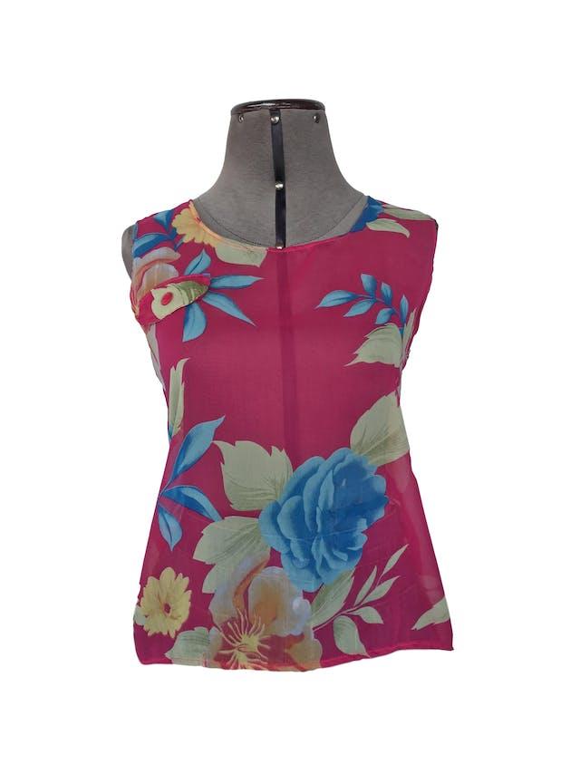 Blusa de gasa fucsia cone stampado de flores, bolsillo delantero, botones y abertura en la espalda Talla S foto 1