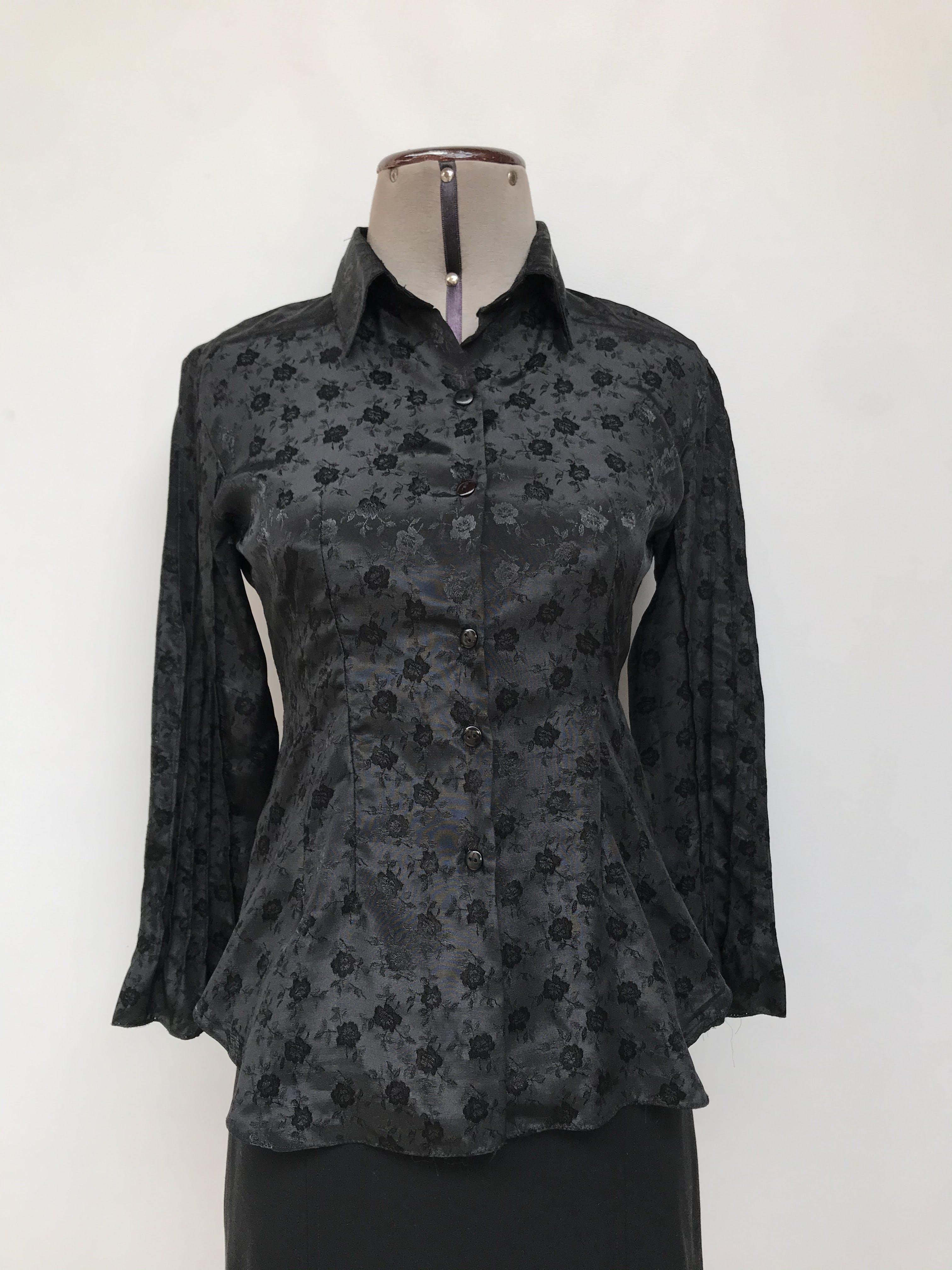 Blusa negra con brocado de flores al tono, camisera con botones, pinzas y costuras en relieve en mangas Talla S
