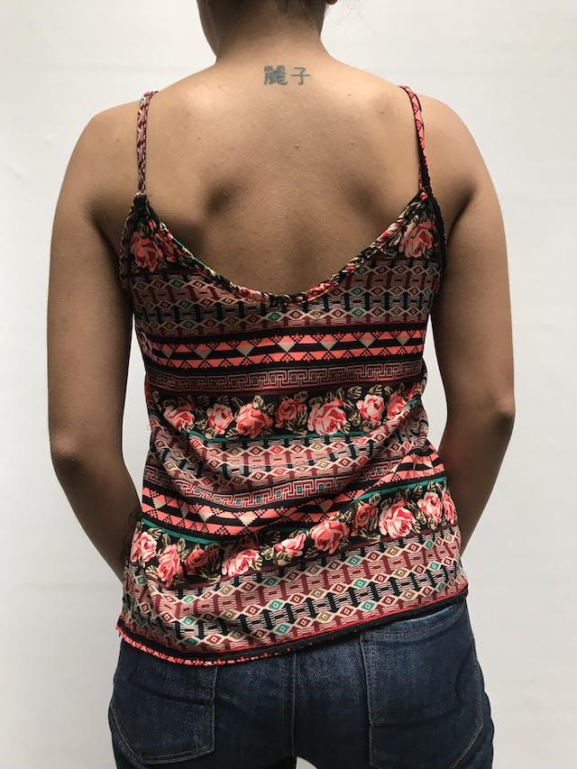 Blusa con estampado tribal, tela plana, volates en delantero y cierre lateral Talla S foto 2