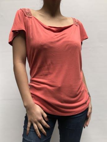 Polo Elle coral con guipur en la espalda alta y manga corta, suelto  Talla S foto 1