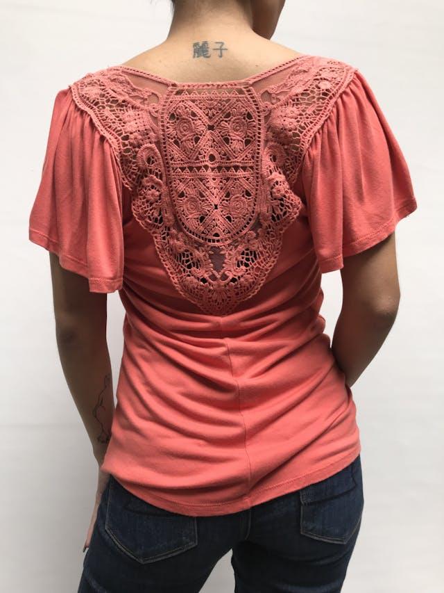 Polo Elle coral con guipur en la espalda alta y manga corta, suelto  Talla S foto 2