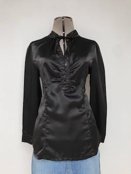 Blusa negra satinada, cuello nerú con tiras para amarrar, escote en V y botones negros, tiene pinzas delanteras y traseras Talla M foto 1