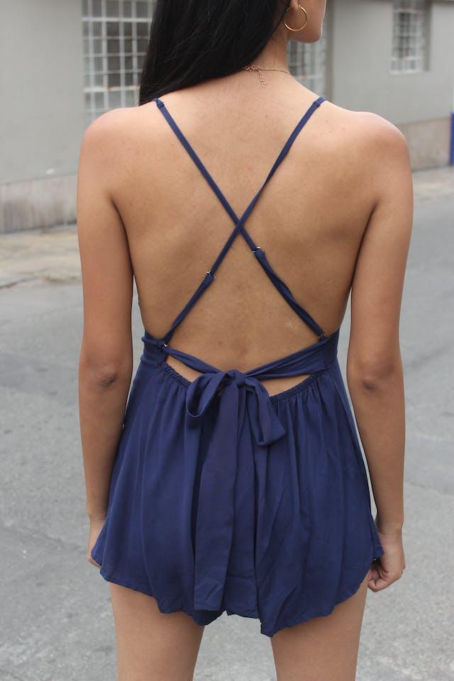 Enterizo azul, escotado, tiras cruzadas en la espalda, cinto para amarrar, elástico en la parte posterior del short  Talla S (puede ser M con busto pequeño) foto 2