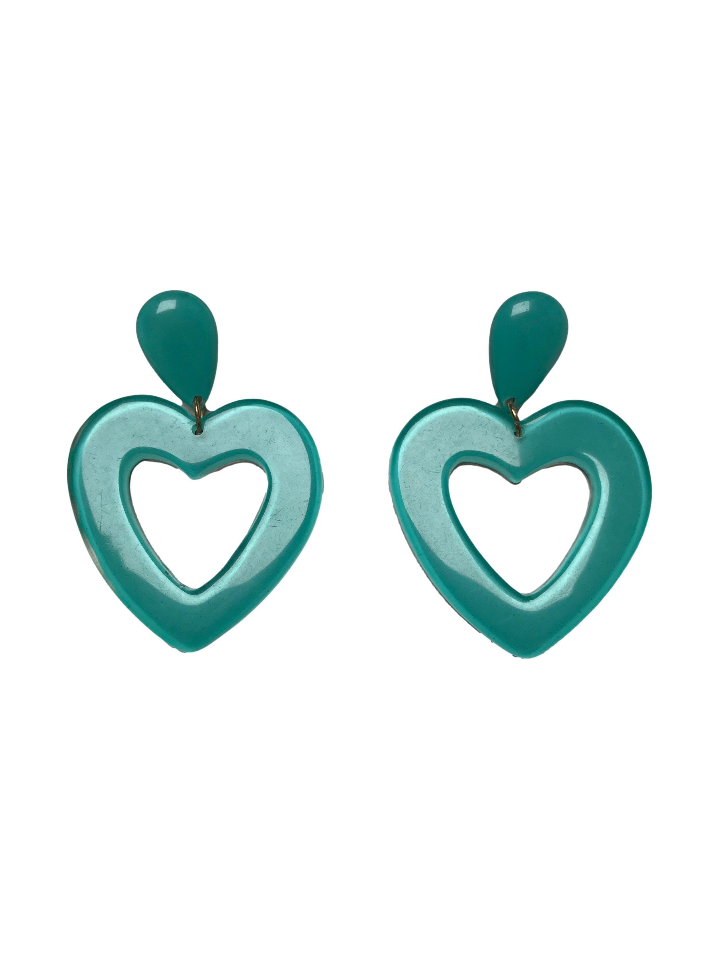 Aretes largos de acrílico en formas gota y corazón. Largo 7cm