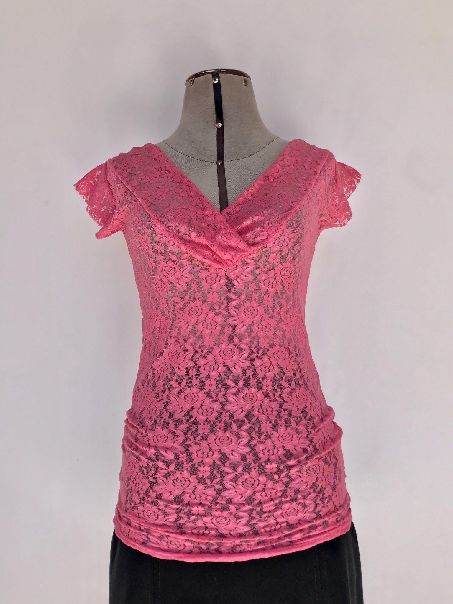 Blusa de encaje rosa, escote en V cruzado Talla S