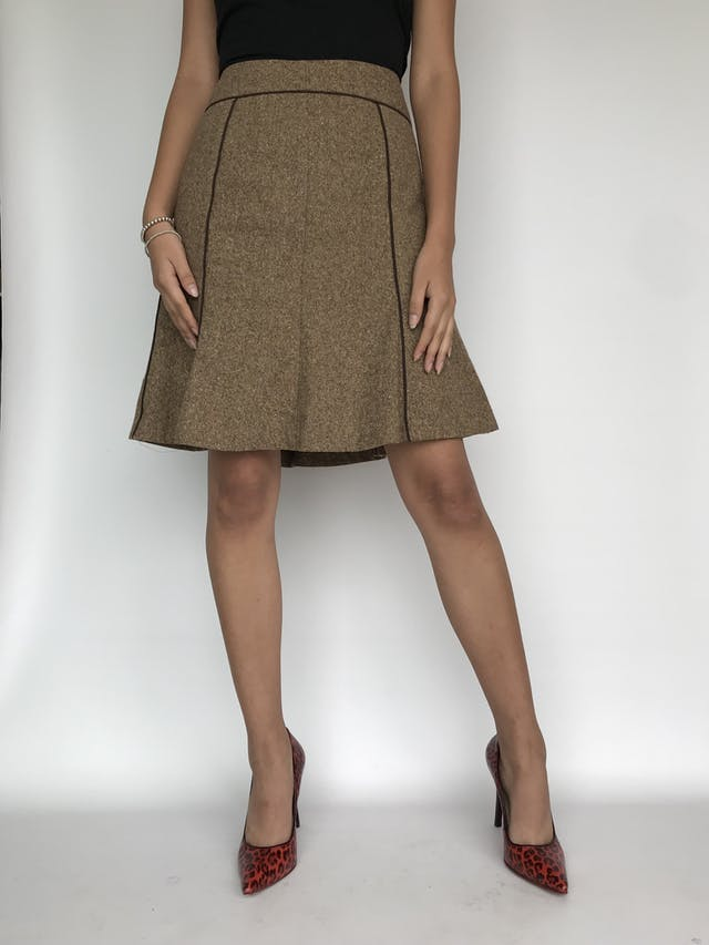 Falda Liz Claiborne tipo lanilla marrón beige jaspeada, ribetes marrones, corte en A. Cintura 76cm Largo 53cm foto 2