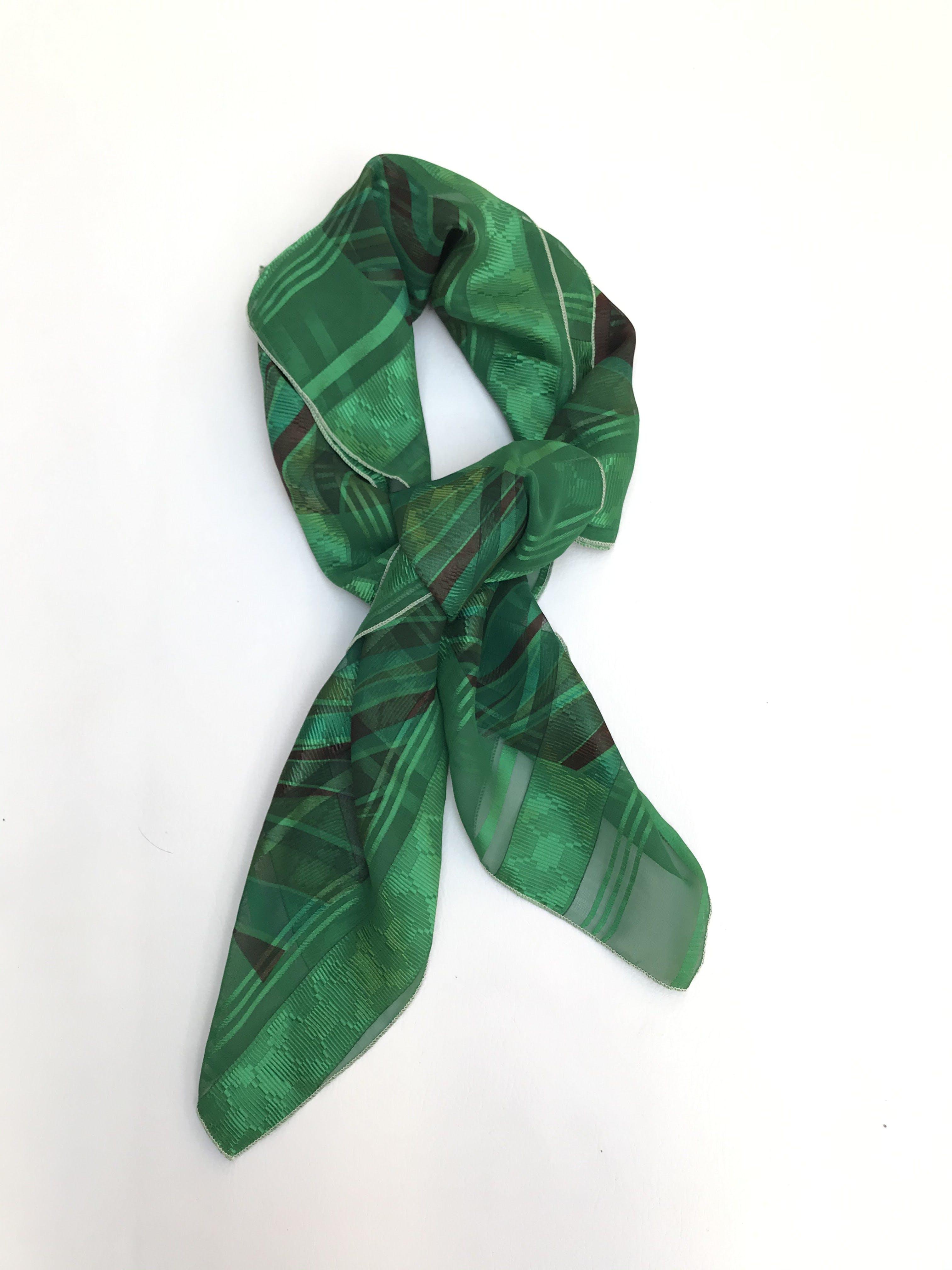 Pañuelo de gasa verde con zonas traslúcidas. Cuadrada 90x90cm