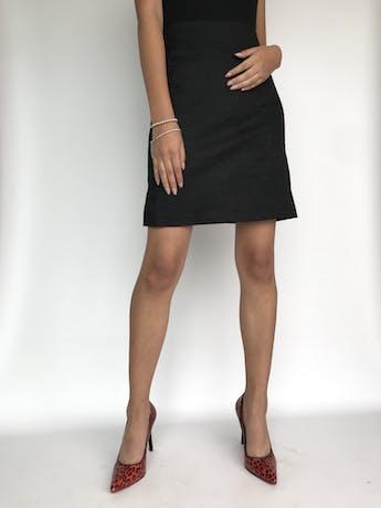 Falda negra con textura paisley, corte recto y pretina ancha, forrada y con cierre posterior Largo 50cm. Talla S  foto 1