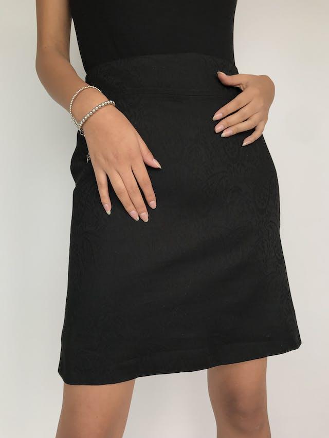 Falda negra con textura paisley, corte recto y pretina ancha, forrada y con cierre posterior Largo 50cm. Talla S  foto 2
