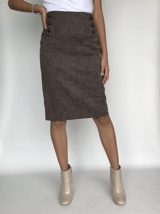Falda Company marrón con labrado de flores, pretina ancha con doble fila de botones forrados, cierre posterior y abertura en la basta Talla S foto 1