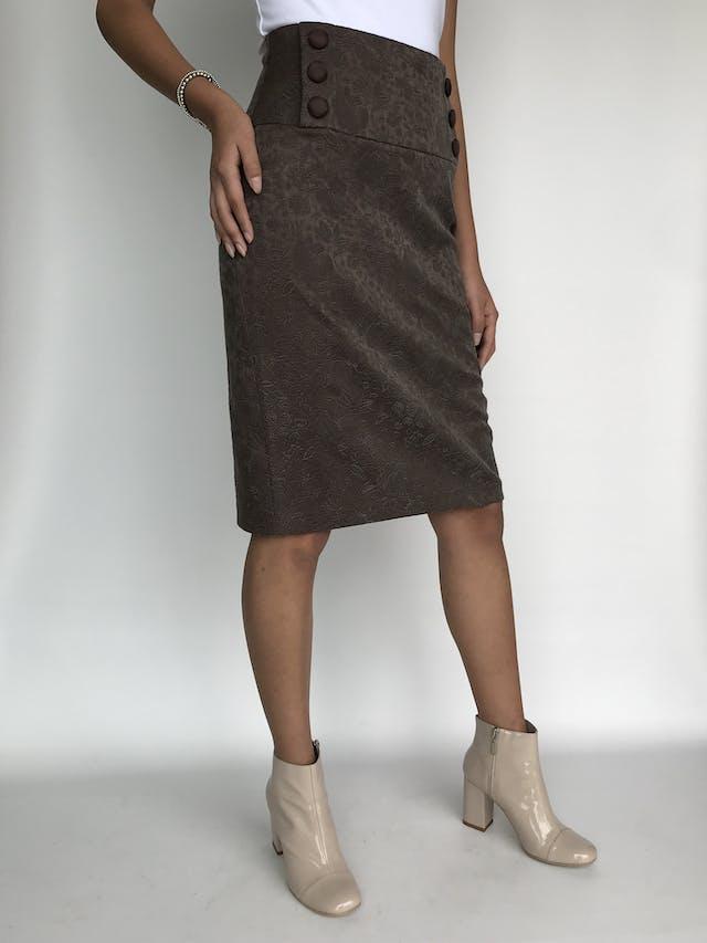Falda Company marrón con labrado de flores, pretina ancha con doble fila de botones forrados, cierre posterior y abertura en la basta Talla S foto 3
