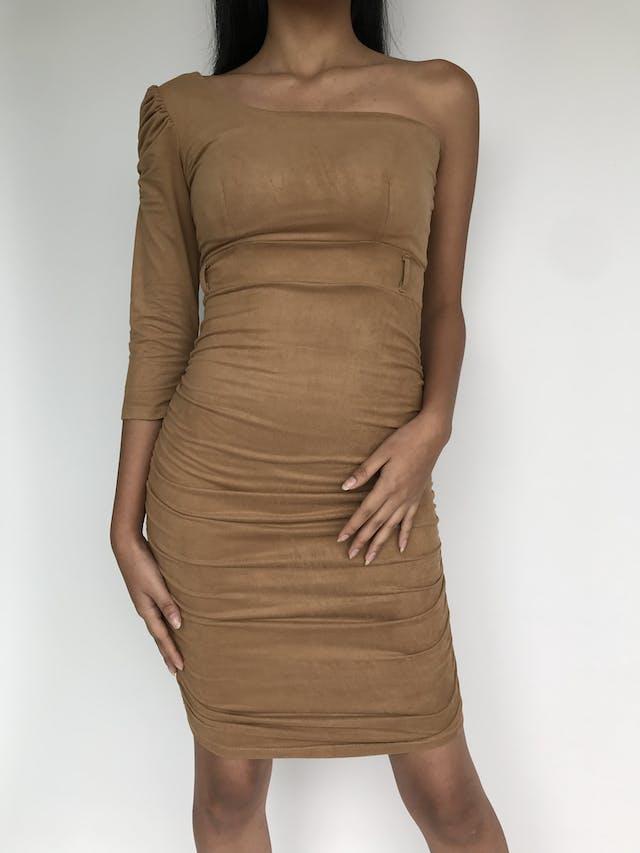 Vestido de gamuza camel, one shoulder, detalle de encarrujado en la manga y lateral de falda, ligeramente stretch Talla S foto 2