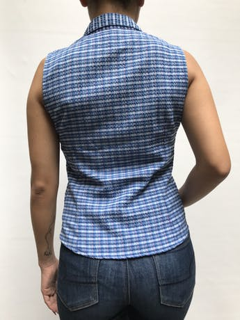 Blusa camisera a cuadros en tonos azules, manga cero y broches corchetes delanteros Talla S foto 3