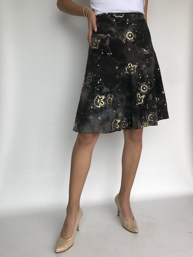 Falda Marquis de corduroy finito gris estilo tie dye con lentejuelas doradas y pespuntes, corte en A Talla M foto 2