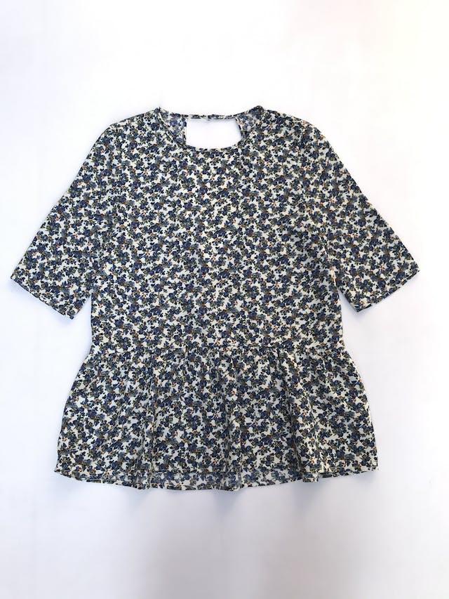 Blusa Zara color crema con florcitas azules, manga 3/4 y volante en la basta. Tiene escote circular en la espalda  Talla M   foto 1