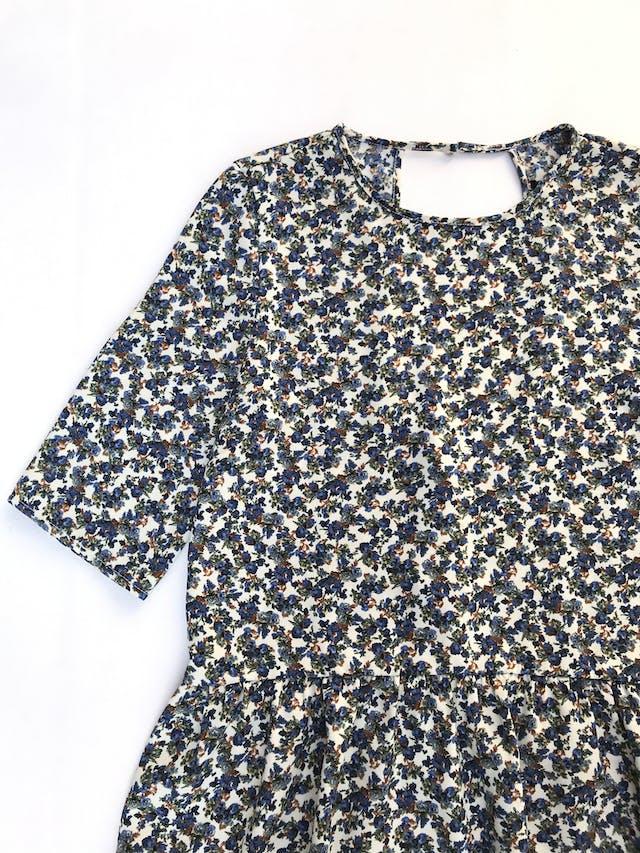 Blusa Zara color crema con florcitas azules, manga 3/4 y volante en la basta. Tiene escote circular en la espalda  Talla M   foto 2