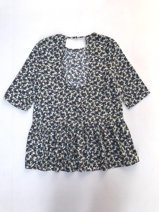 Blusa Zara color crema con florcitas azules, manga 3/4 y volante en la basta. Tiene escote circular en la espalda  Talla M   foto 3