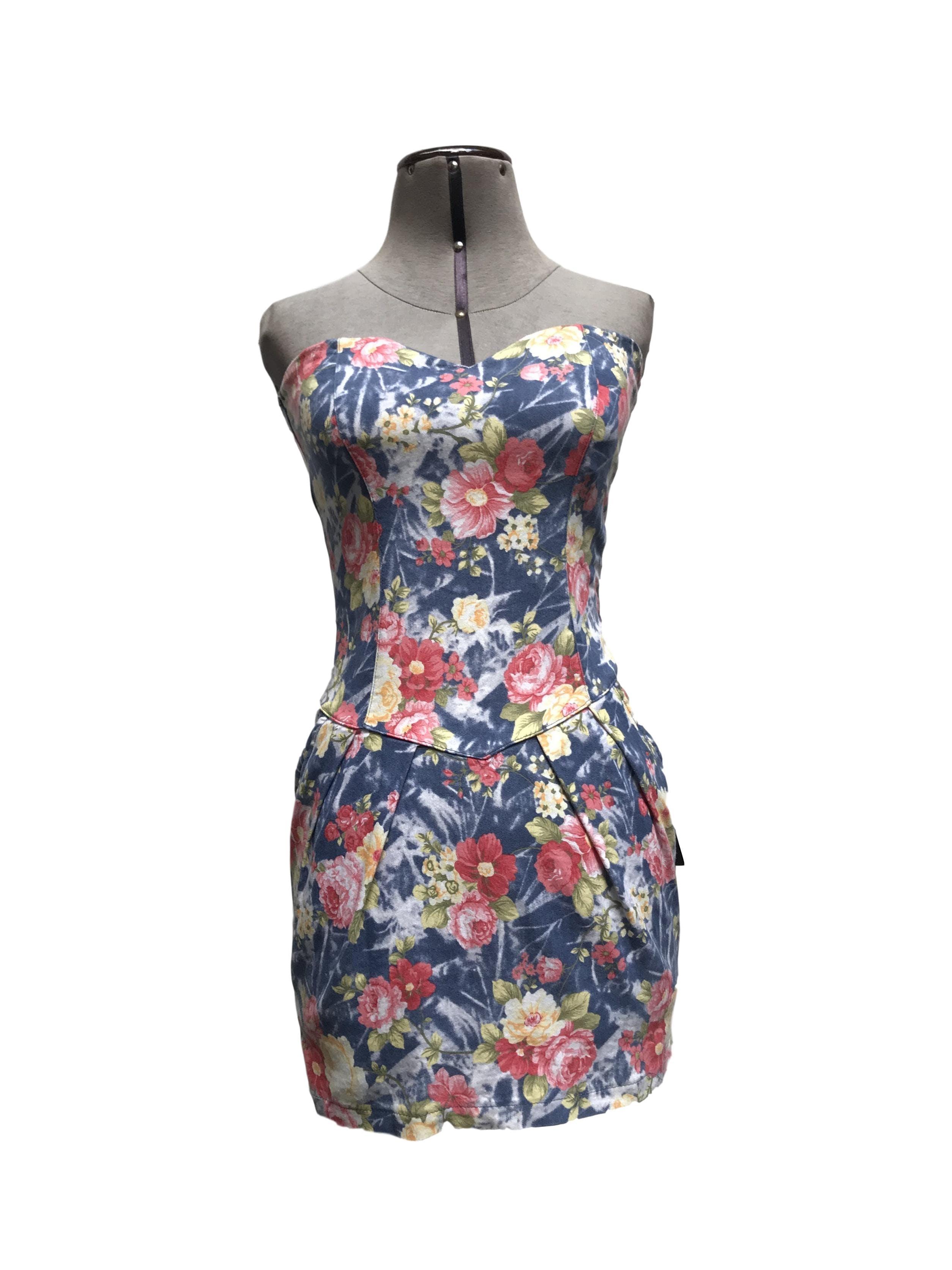 Vestido strapless azul con flores rojas y amarillas, tiene bolsillos delanteros, encaje en la espalda y cierre lateral. Super cómodo para salir!  Talla S