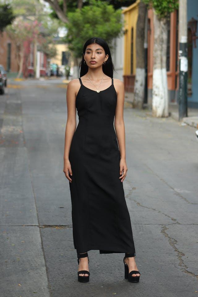 Vestido largo negro de doble tira, tela tipo sastre, forrado, cierre en la espalda y abertura posterior en la basta. Clásico y fácil de combinar! Talla M foto 1