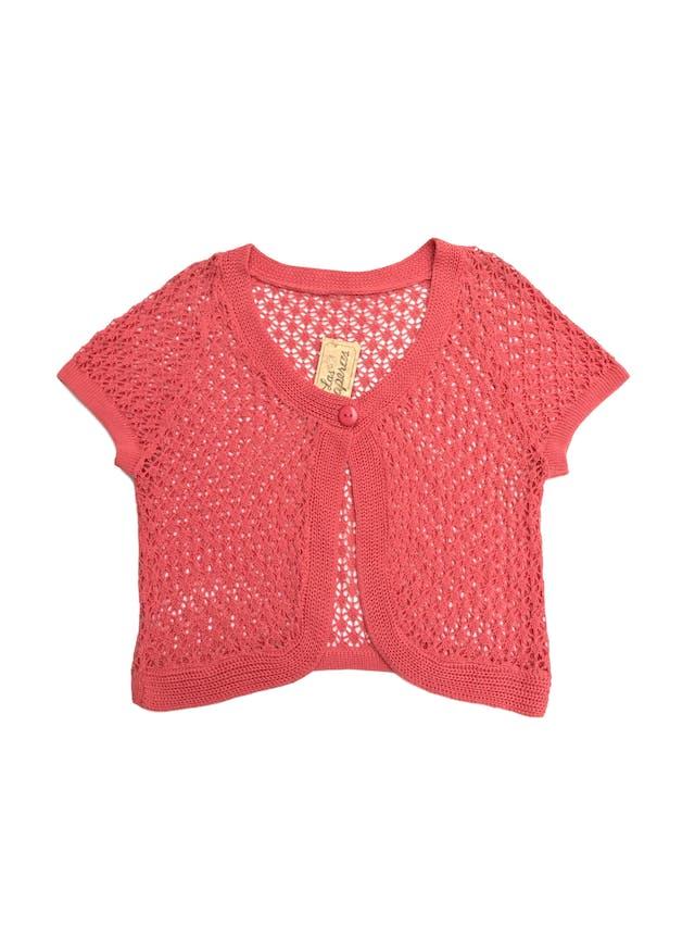 Bolero tejido calado de hilo coral, cuello redondo de un solo botón y manga corta Talla S foto 1