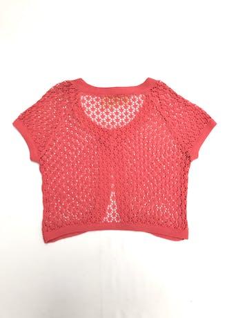 Bolero tejido calado de hilo coral, cuello redondo de un solo botón y manga corta Talla S foto 2