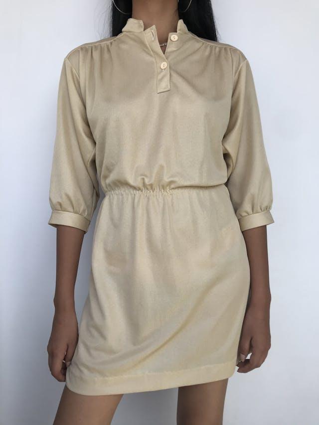 Vestido vintage dorado satinado, elástico en la cintura, cuello nerú con botones y manga 3/4 Talla S foto 1