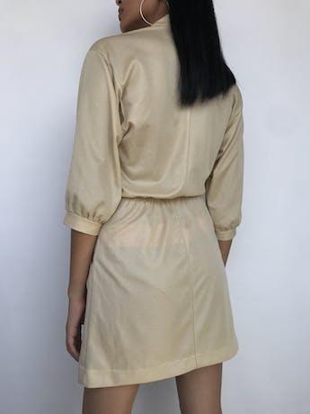 Vestido vintage dorado satinado, elástico en la cintura, cuello nerú con botones y manga 3/4 Talla S foto 2